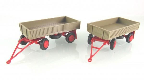 2 Stück Landwirtschaftlicher Anhänger der DDR. Typ IFA E5 mit Metallpritsche graubeige