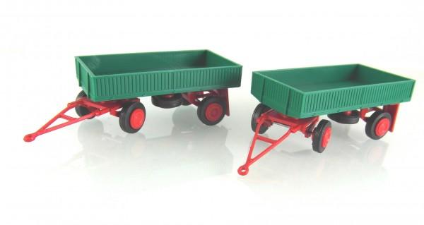 2 Stück Landwirtschaftlicher Anhänger der DDR. Typ IFA E5 mit Metallpritsche dunkelgrün